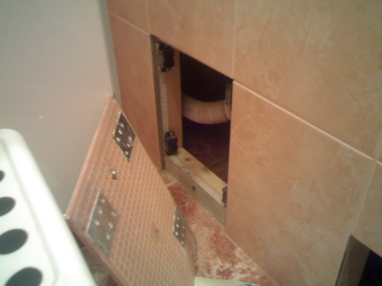 Лючок под ванну на магнитах